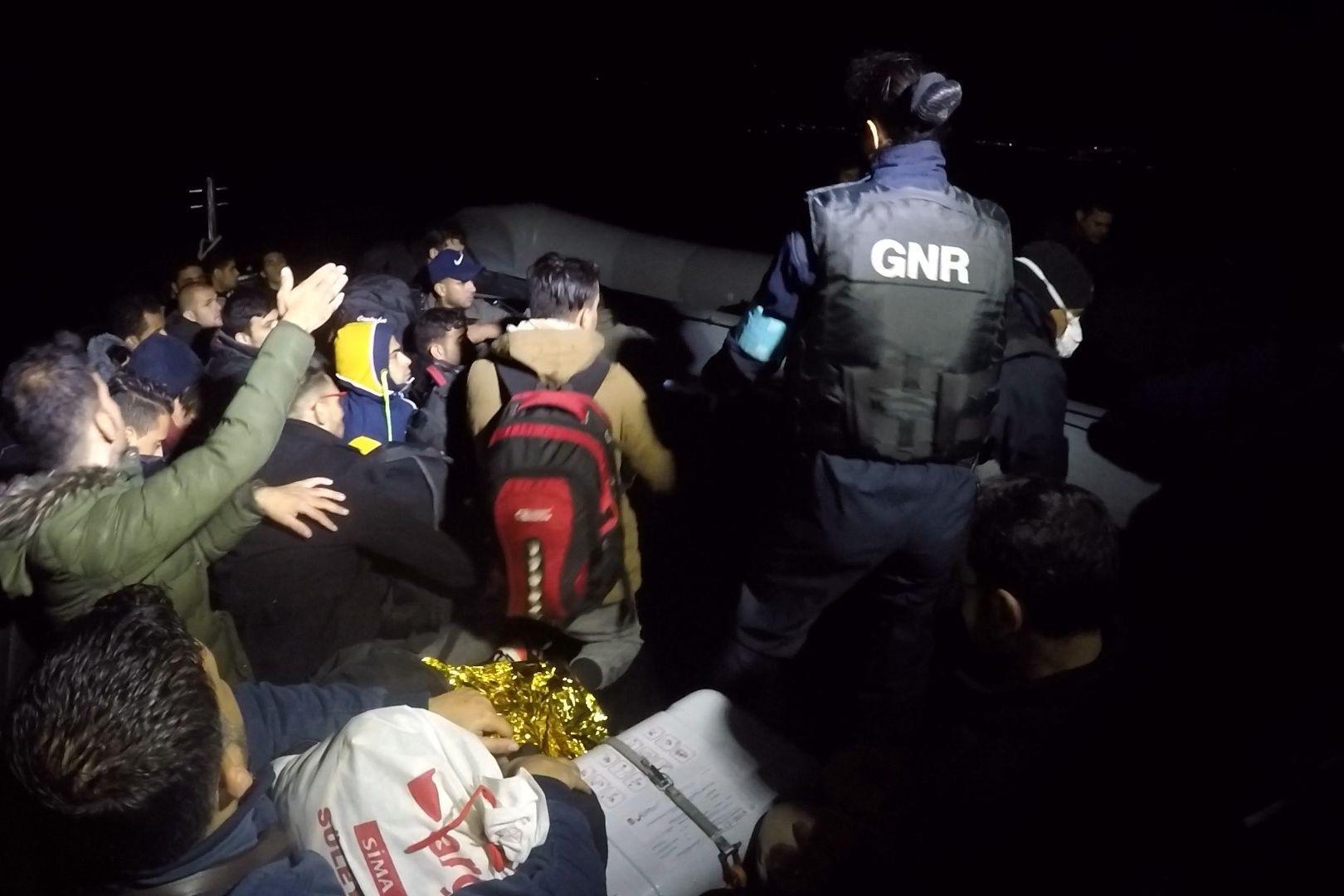 As imagens do momento em que a GNR resgatou 50 migrantes à deriva