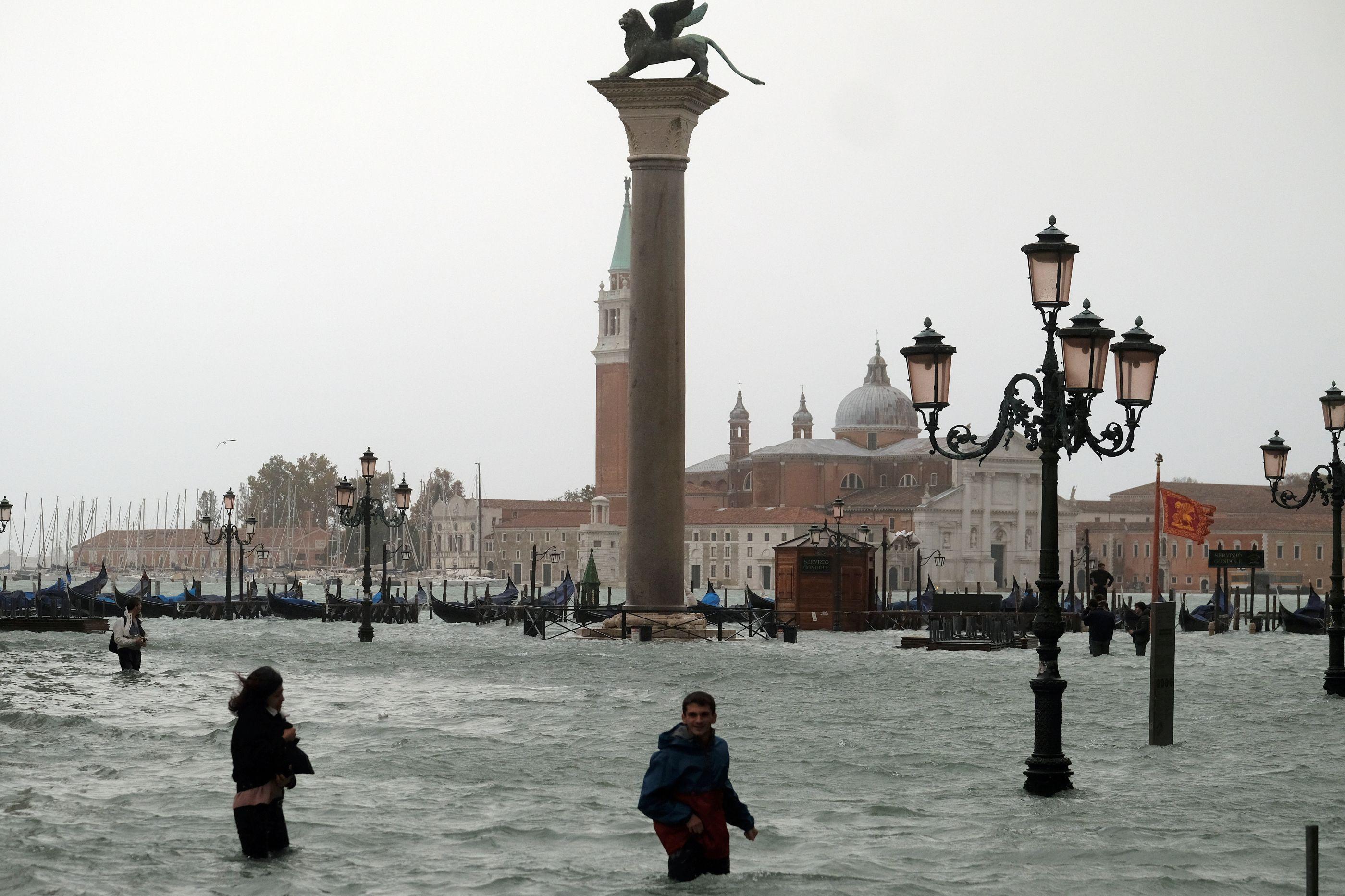 Tempestade em Itália faz três mortos, submerge Veneza e encerra escolas