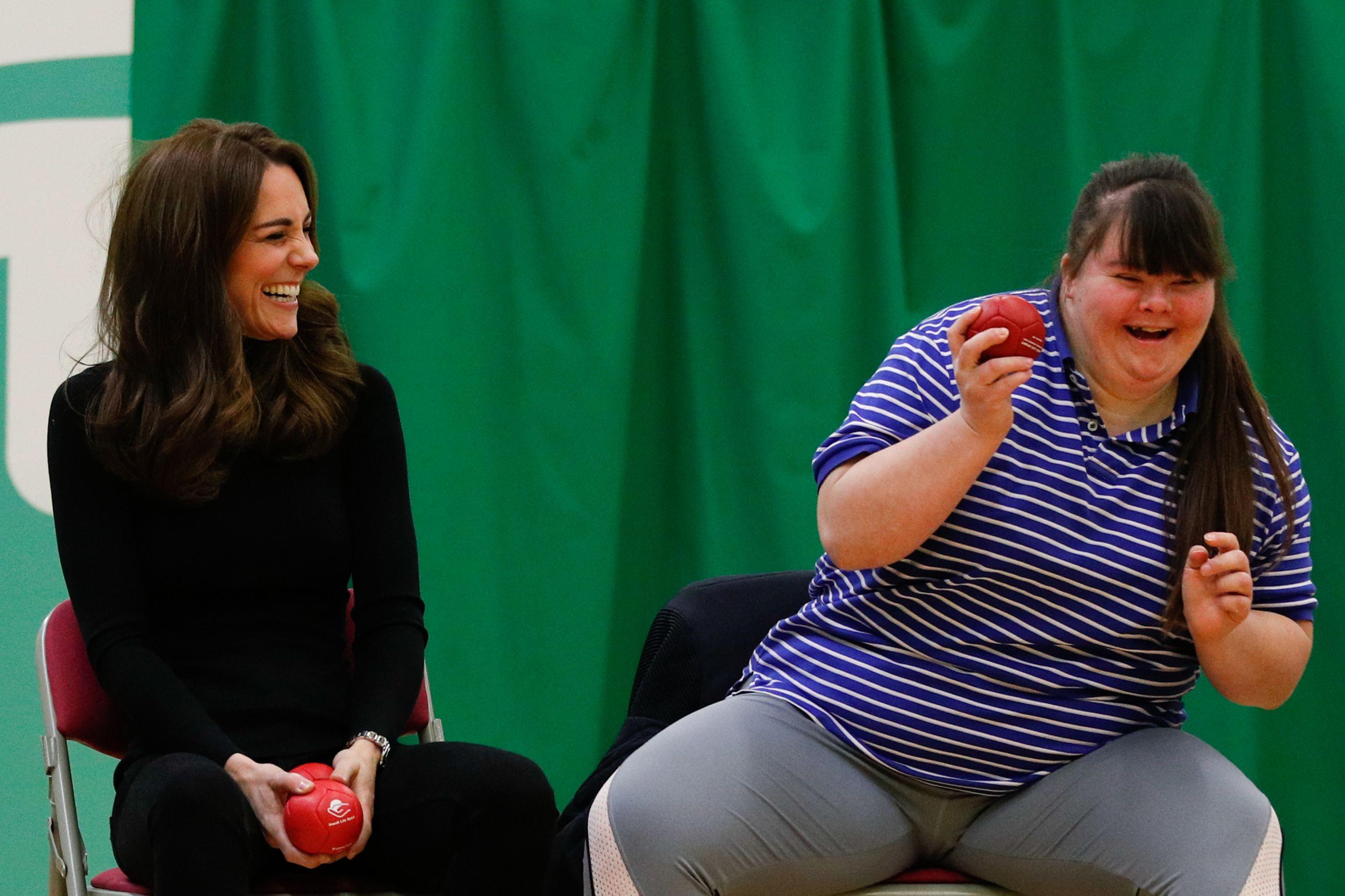 William e Kate Middleton sorridentes em compromisso real