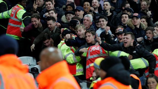 Dois adeptos do Tottenham viveram uma noite de terror na casa do West Ham
