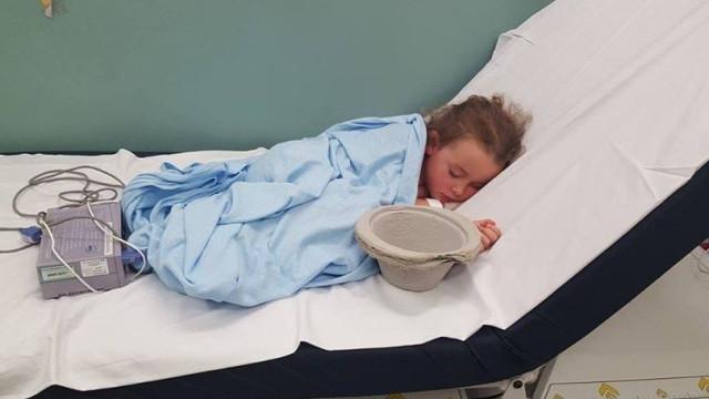 Menina é hospitalizada por causa de bullying. Mãe partilha imagem