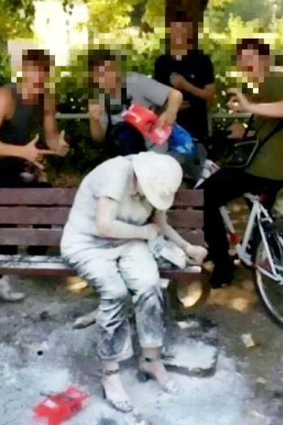 Jovens que atacaram mulher deficiente com farinha são multados
