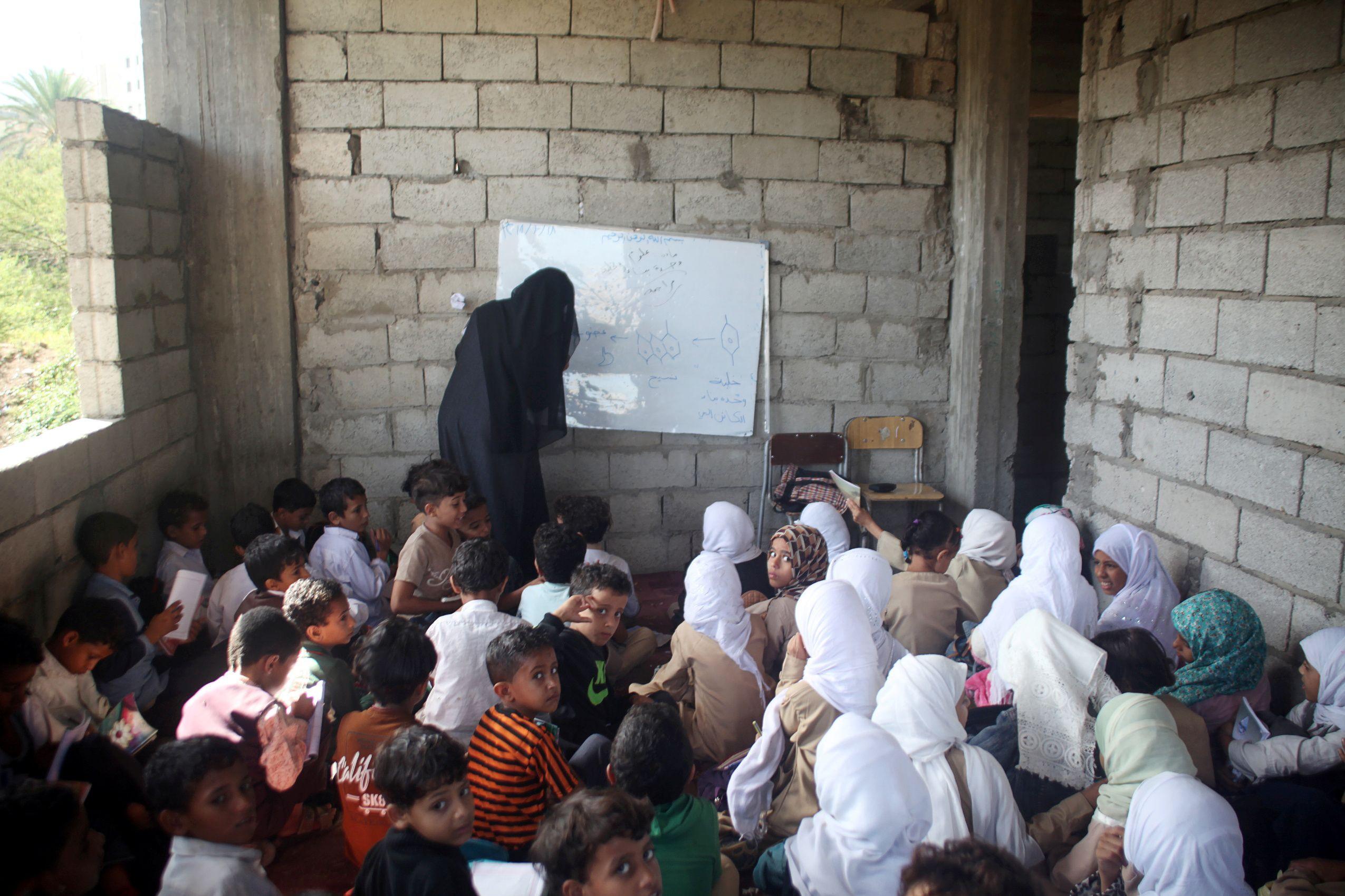 Em plena guerra, professor transforma casa numa escola para 700 alunos