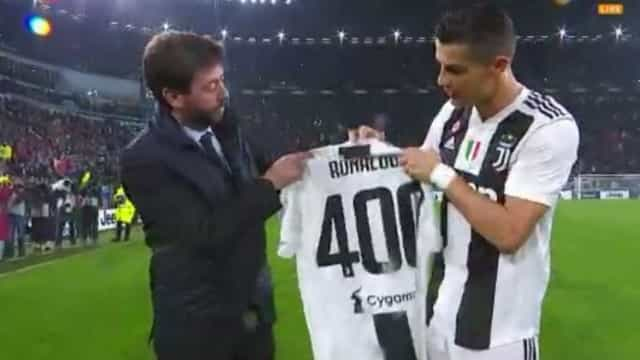 Cristiano Ronaldo homenageado antes do encontro frente ao Cagliari