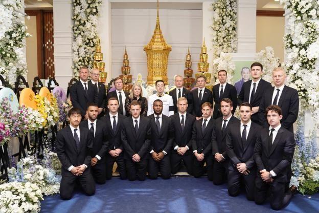 O último adeus dos jogadores ao proprietário do Leicester na Tailândia