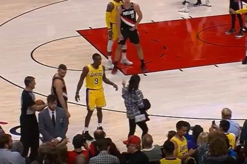 Jogador dos Lakers goza com a maneira de andar de uma adepta