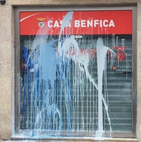 Casa do Benfica em Braga vandalizada com tinta atirada contra a montra