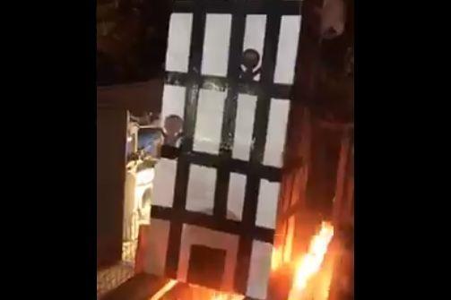 Recriaram torre que ardeu em Londres, queimaram-na e gozaram com vítimas