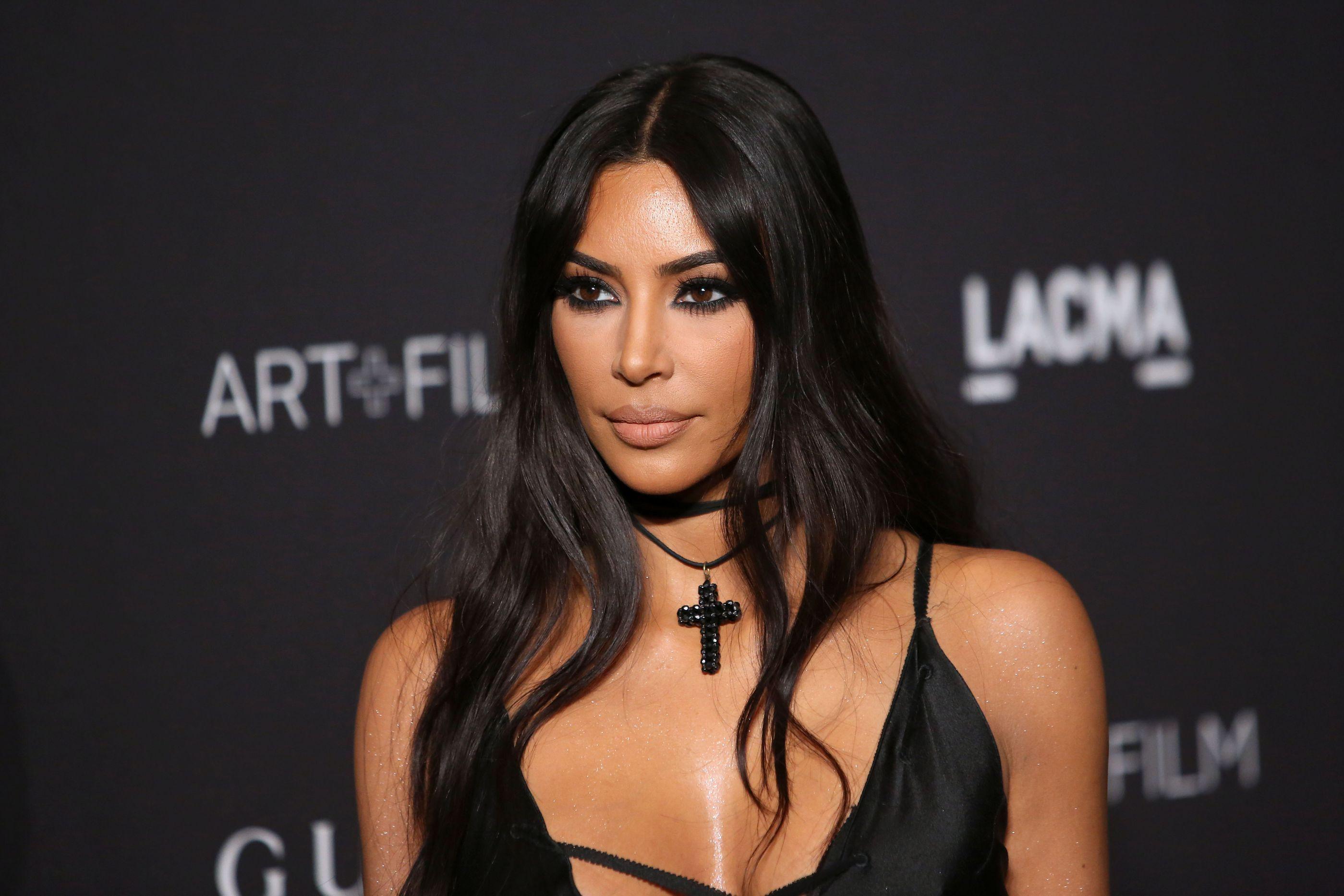 Kim Kardashian supera irmãs e surpreende fãs