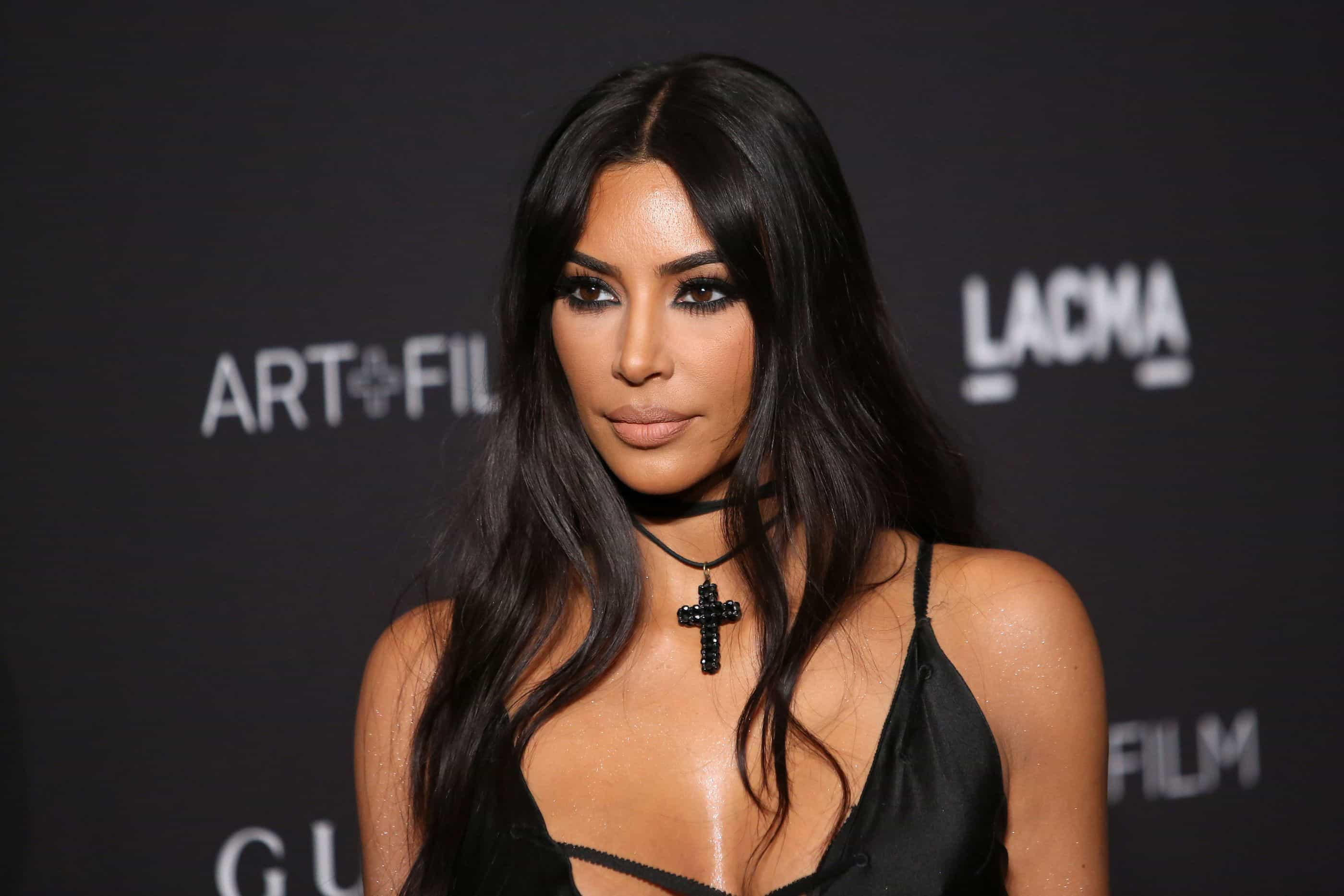O estranho vestido de Kim Kardashian… que tapa apenas os mamilos