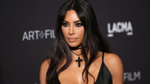 Kim Kardashian realiza sonho ao receber ídolo em sua casa