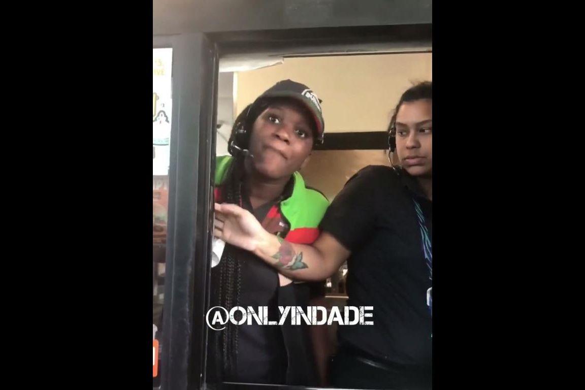 Empregada de Burger King insulta e ameaça clientes que pediram devolução