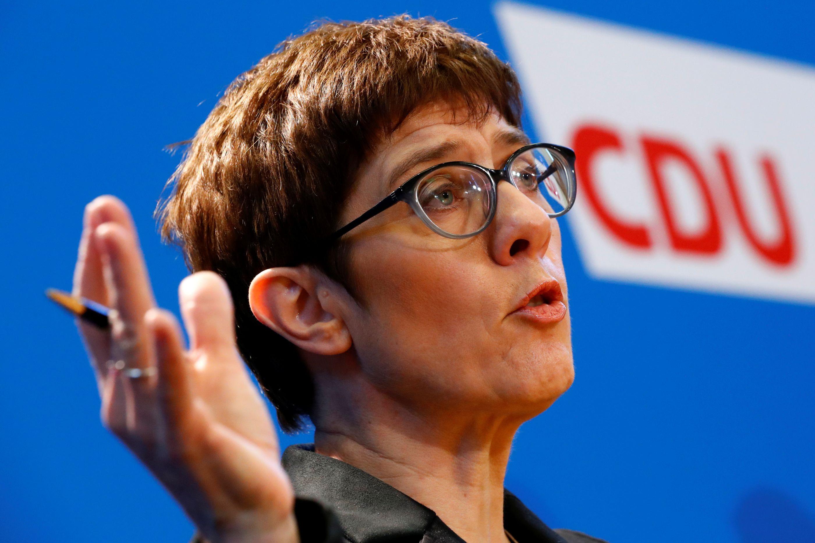 Líder conservadora alemã critica centralismo europeu de Macron