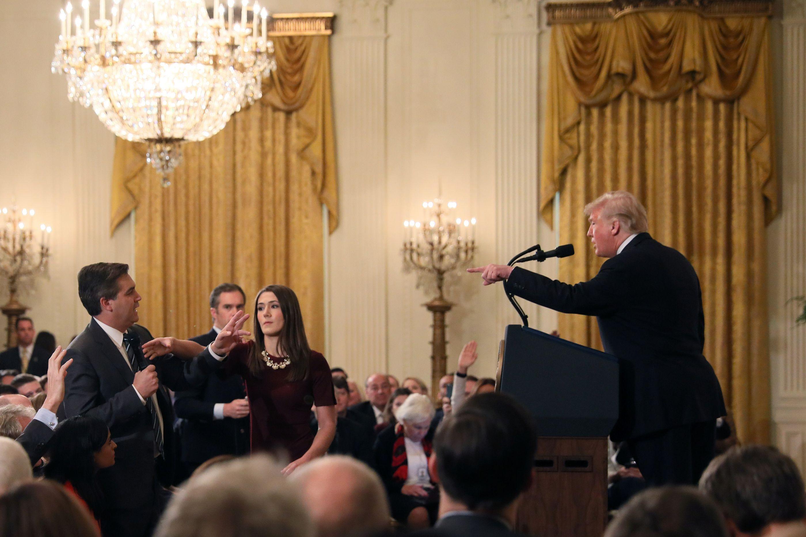 Casa Branca ameaça voltar a retirar credencial de jornalista da CNN