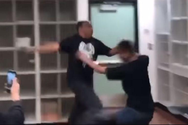 Professor e aluno envolveram-se numa luta na sala de aula