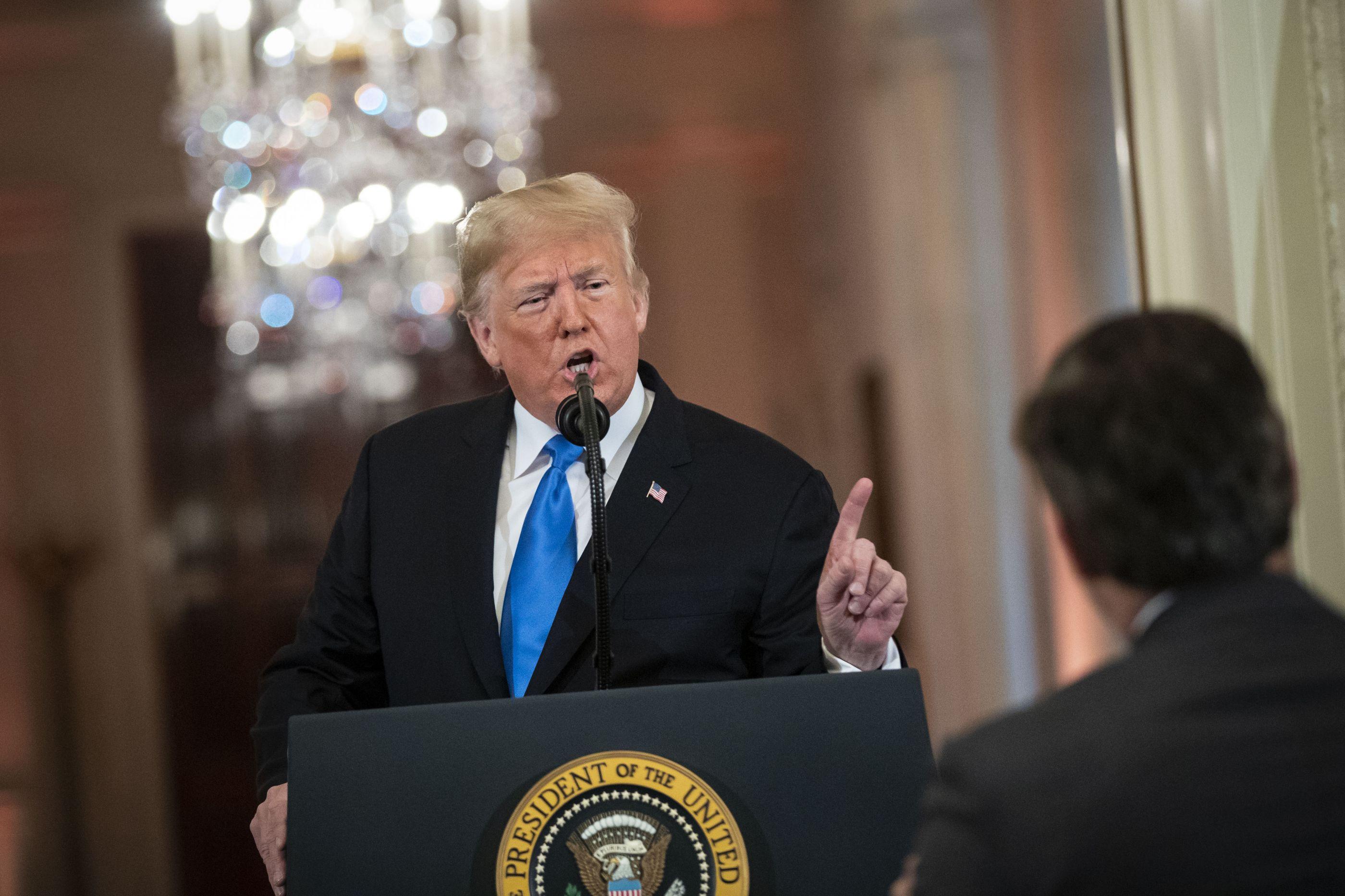 Após discussão com Trump, Casa Branca revoga acreditação a jornalista