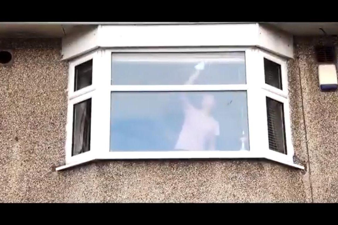 Polícia faz aviso sinistro ao partilhar vídeo de mulher a limpar vidros