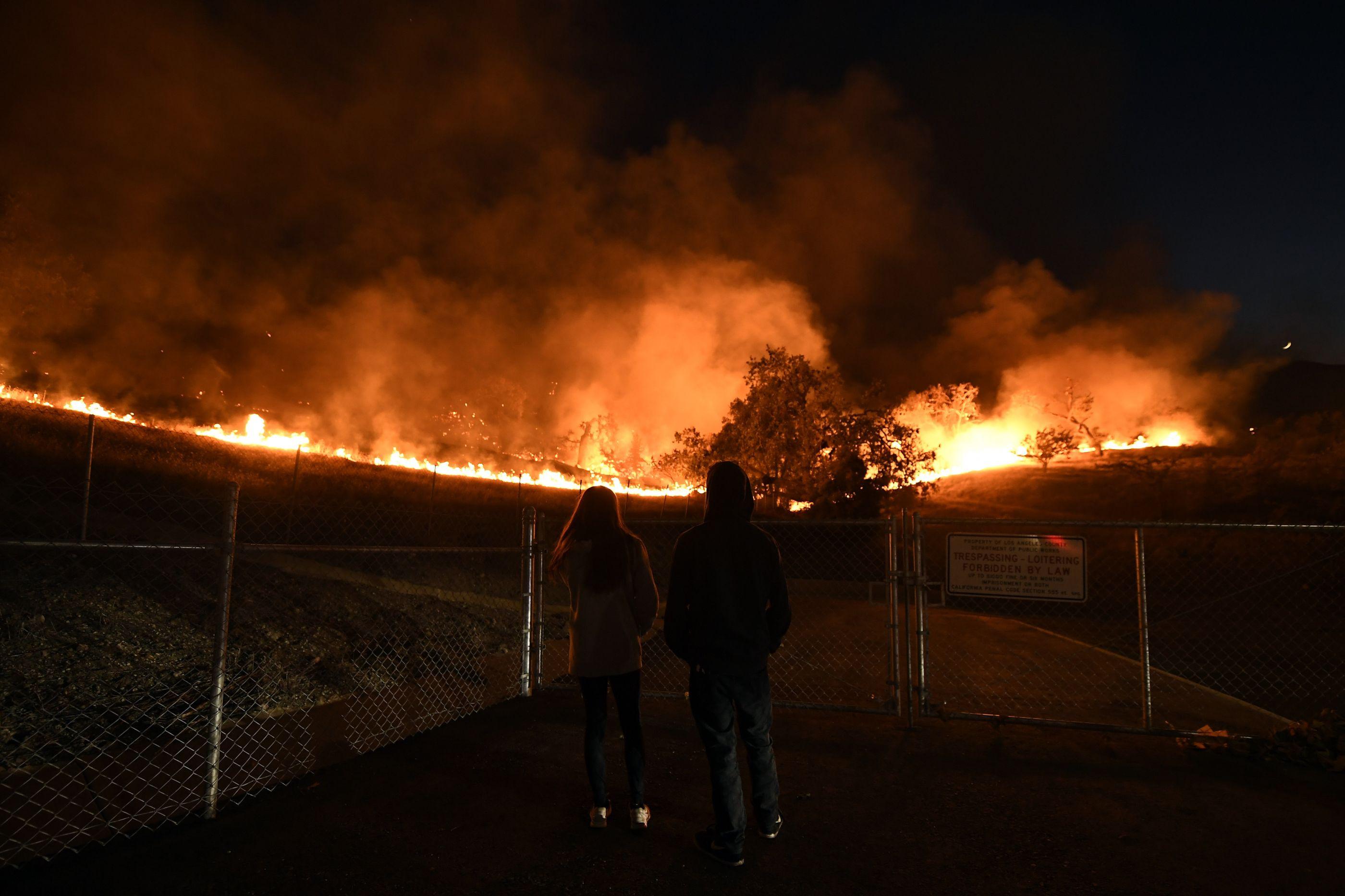 Cidade da Califórnia palco de tiroteio está a ser devastada por incêndio