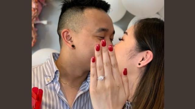 Salva fotografia de noivado da prima ao 'emprestar-lhe' mão para a foto