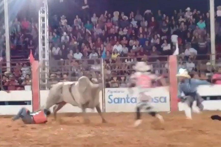 Homem morre ao ser pisado por touro em rodeio no Brasil