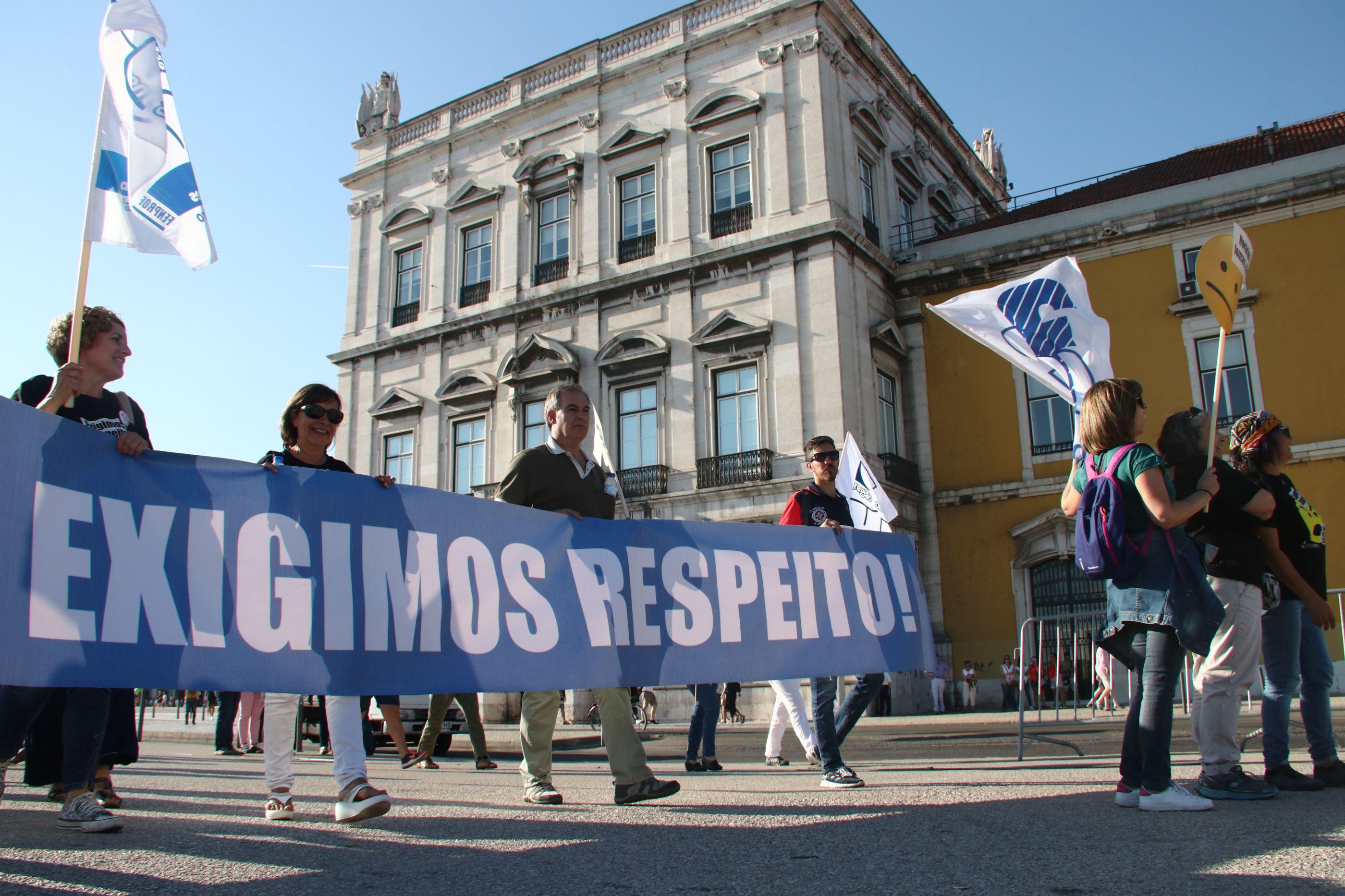 Braço-de-ferro continua: Professores não desistem e enviam email a Costa