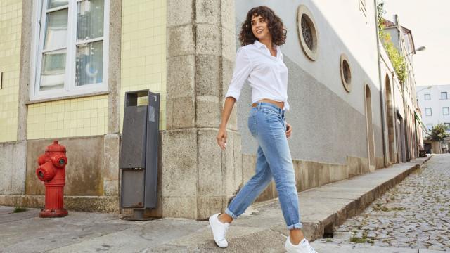 Conheça os jeans mais in do momento. O segredo? Emagrecem e criam curvas