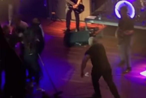 Fãs invadem palco durante concerto de Morrissey. Atuação foi interrompida