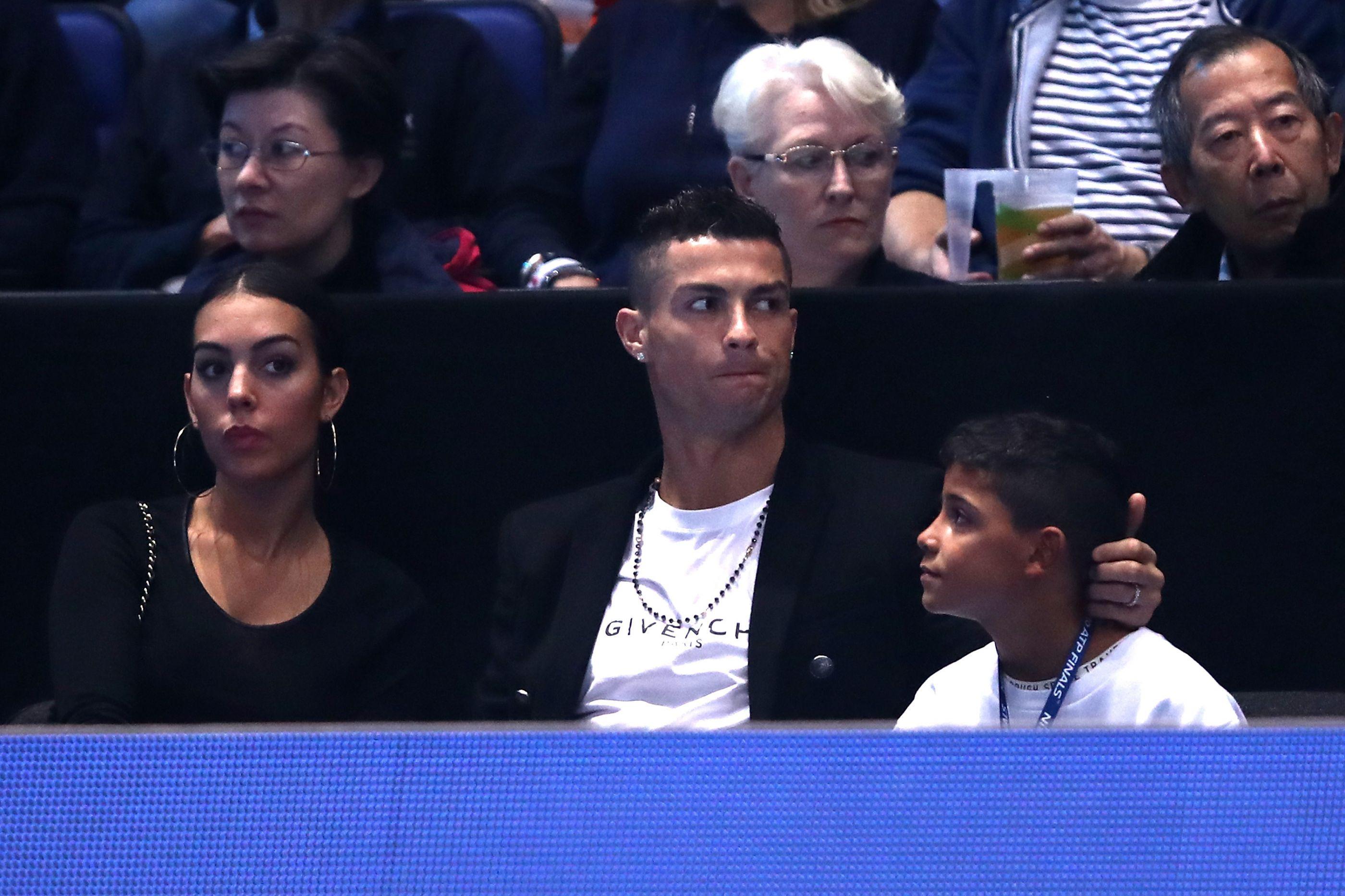 Ronaldo diverte-se ao lado Cristianinho e Georgina em Londres