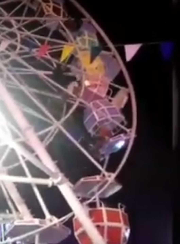 Um grande susto: Cabine de roda gigante vira com pessoas no interior