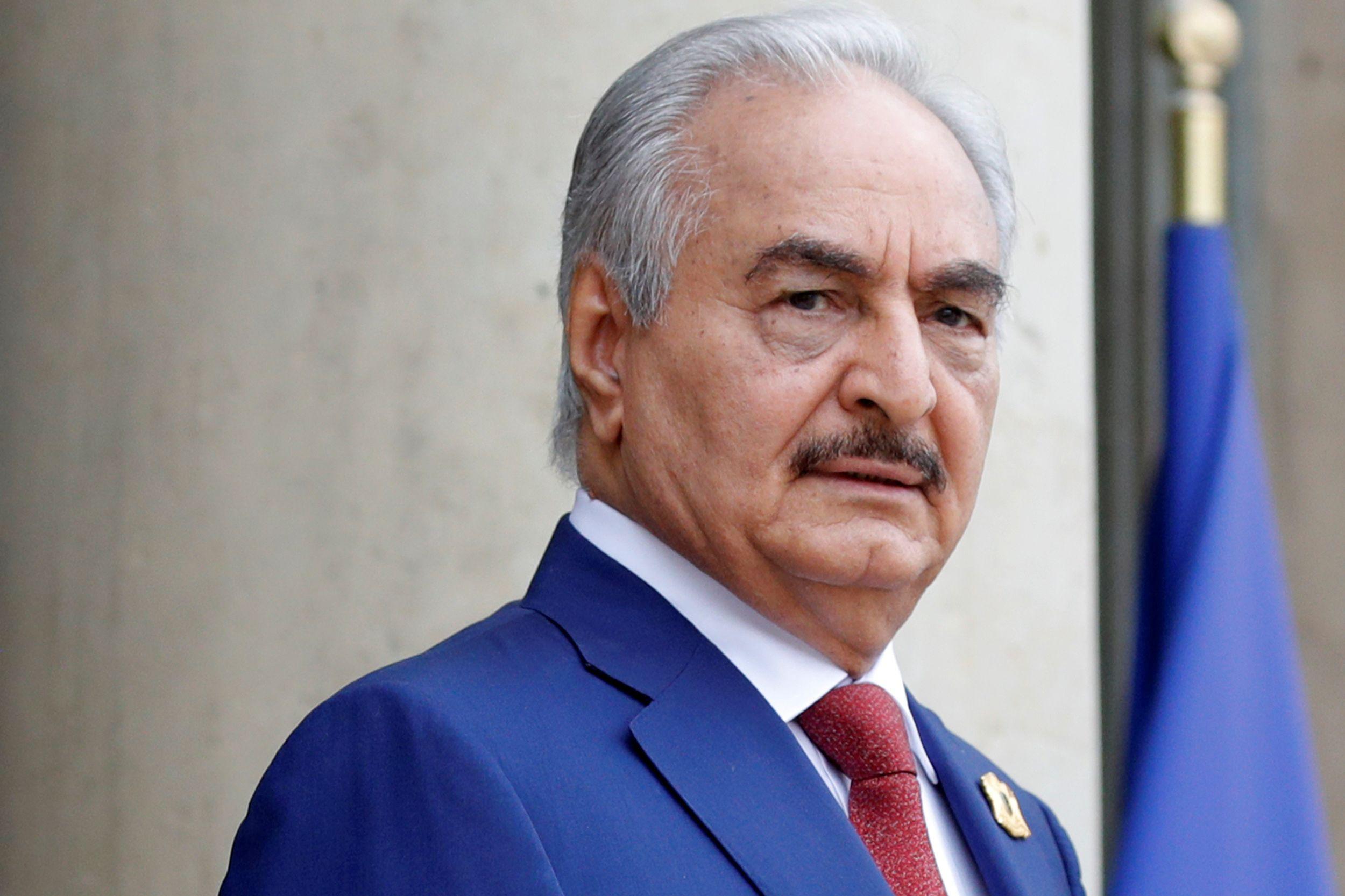 Khalifa Haftar ordena que forças líbias avancem em direção a Tripoli
