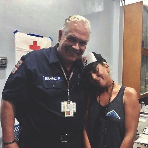 Lady Gaga trabalha como voluntária para ajudar vítimas de incêndio