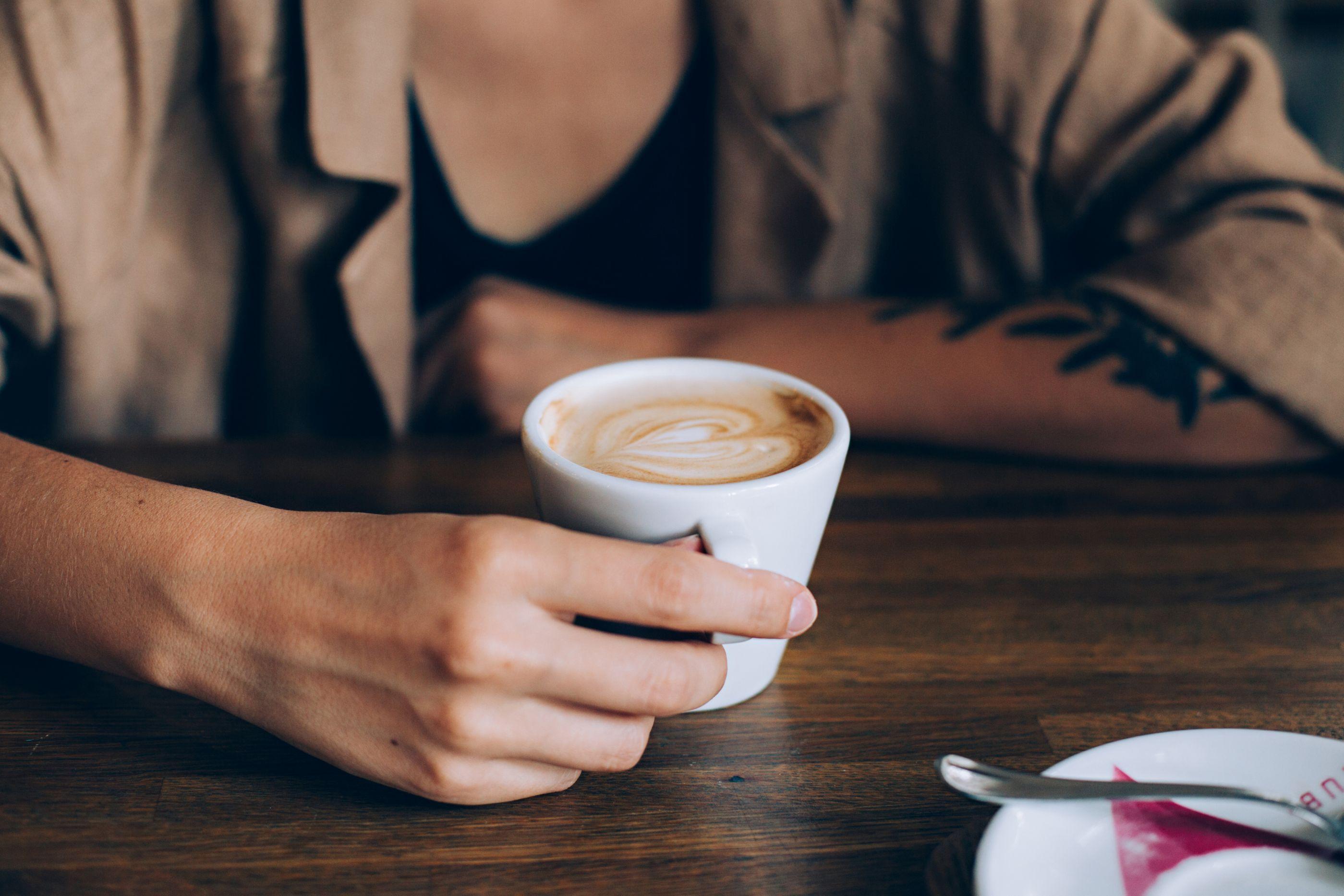 Contra grandes males, beba café