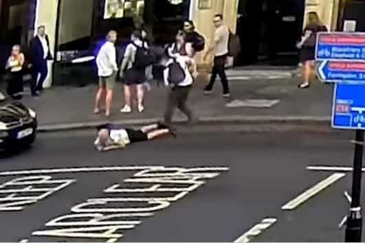 Homem empurrado para rua em hora de ponta por pouco não é atropelado