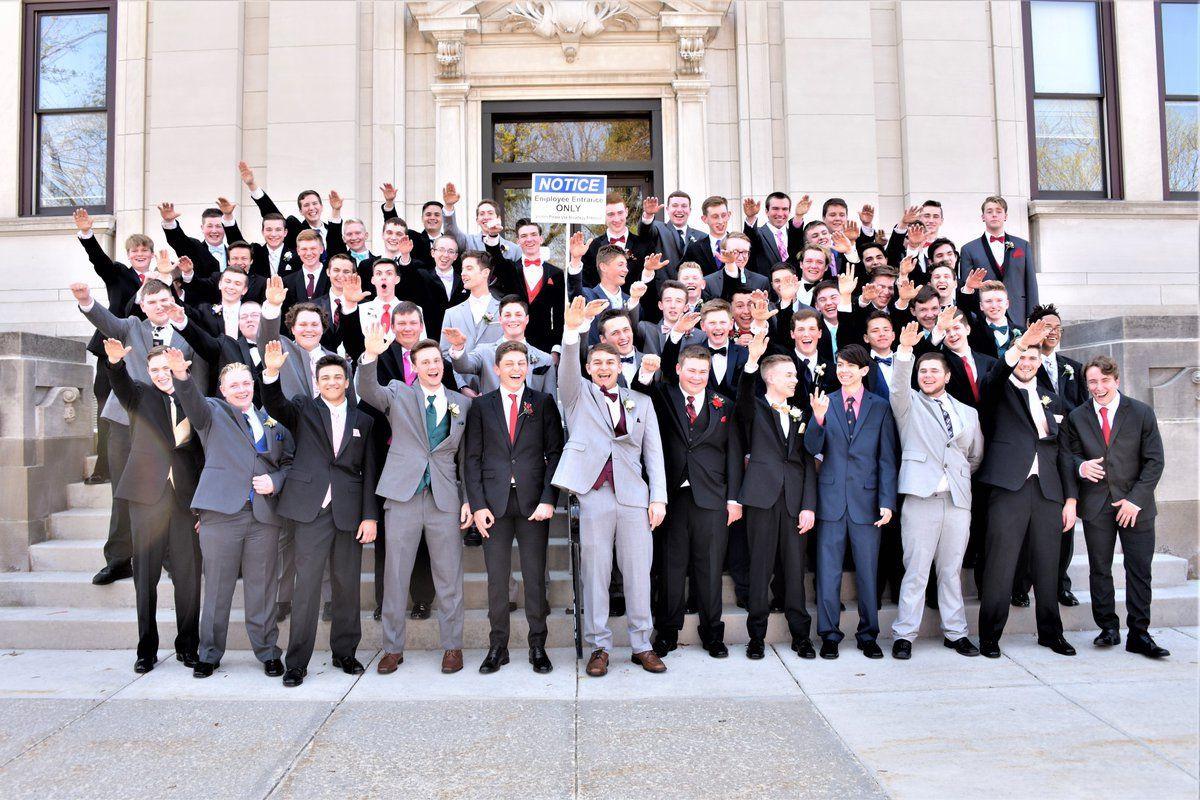 Aceno ou saudação nazi? Foto de turma de escola do Wisconsin investigada