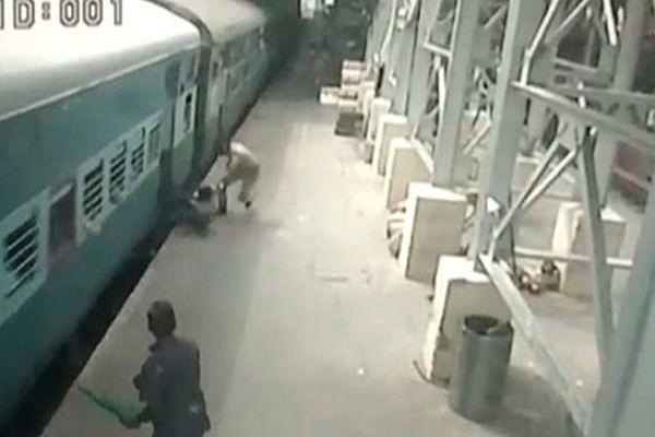 Polícia salva mulher de escorregar para debaixo de comboio na Índia