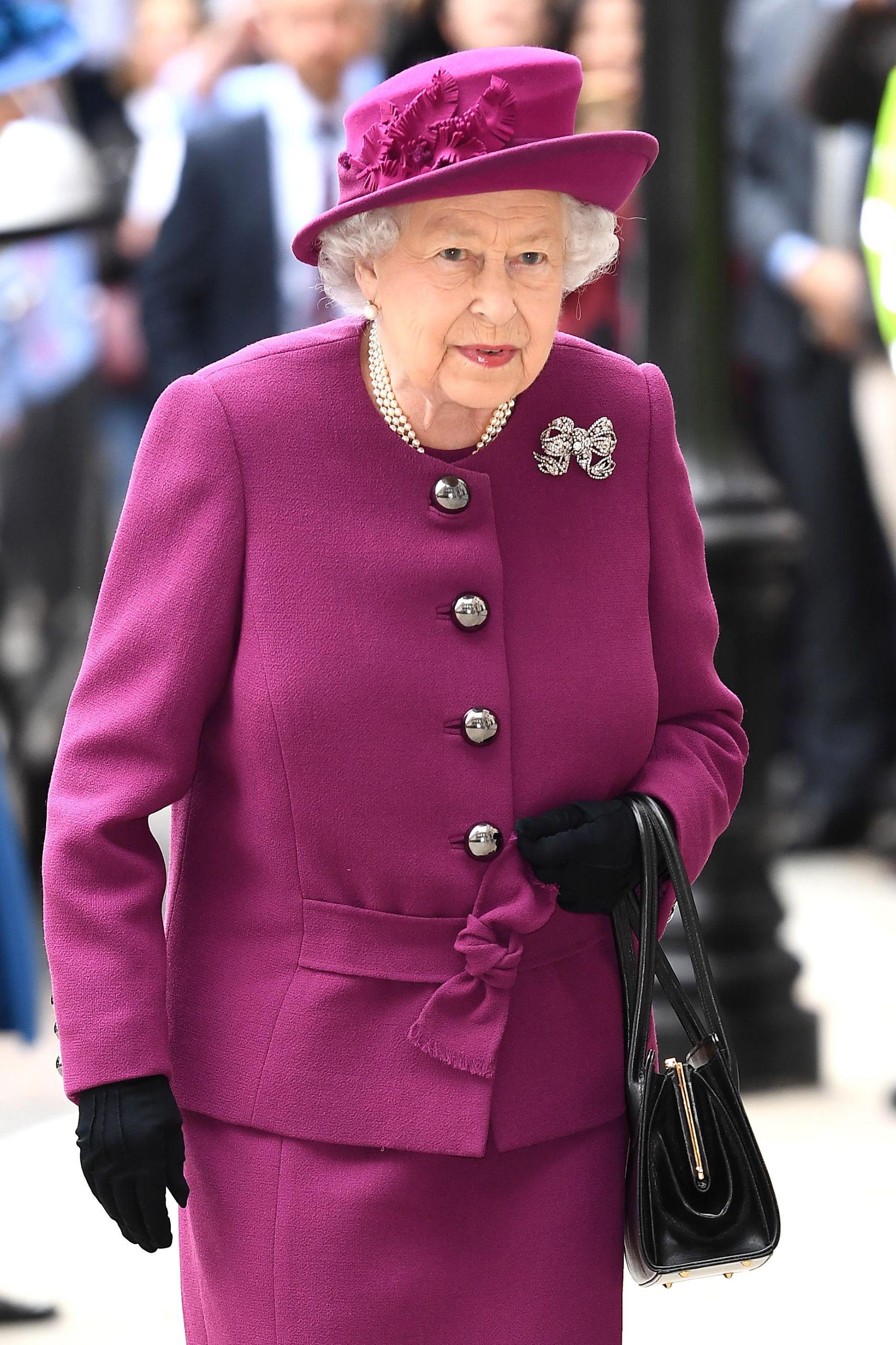 Rainha Isabel II usou um acessório diferente e ninguém reparou