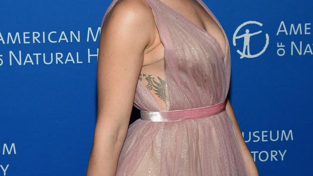 Scarlett Johansson brilha com vestido romântico em evento