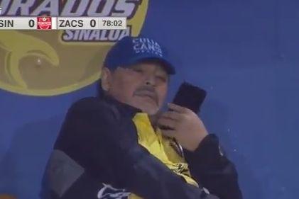 Maradona apanhado no telefone enquanto a sua equipa jogava