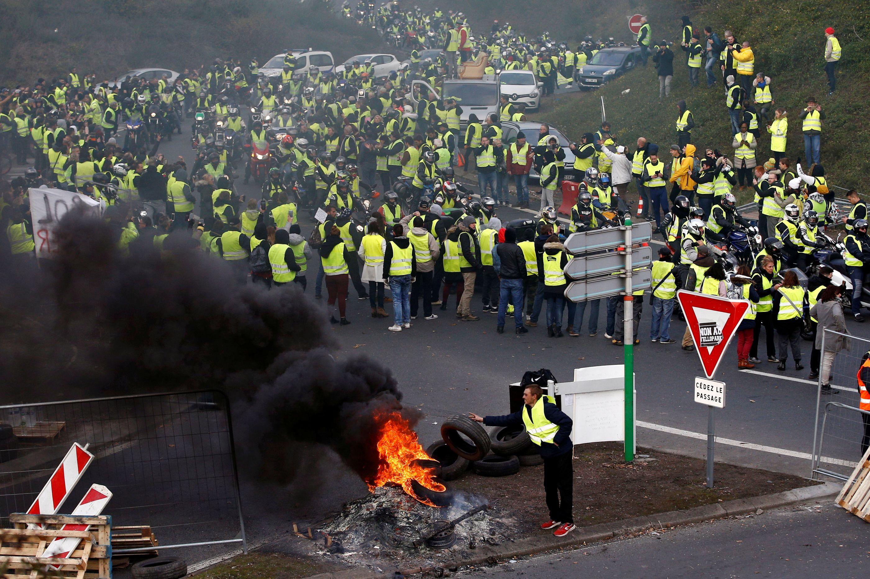 """Coletes amarelos: Lusodescendente """"salvou"""" polícia de ser linchado"""