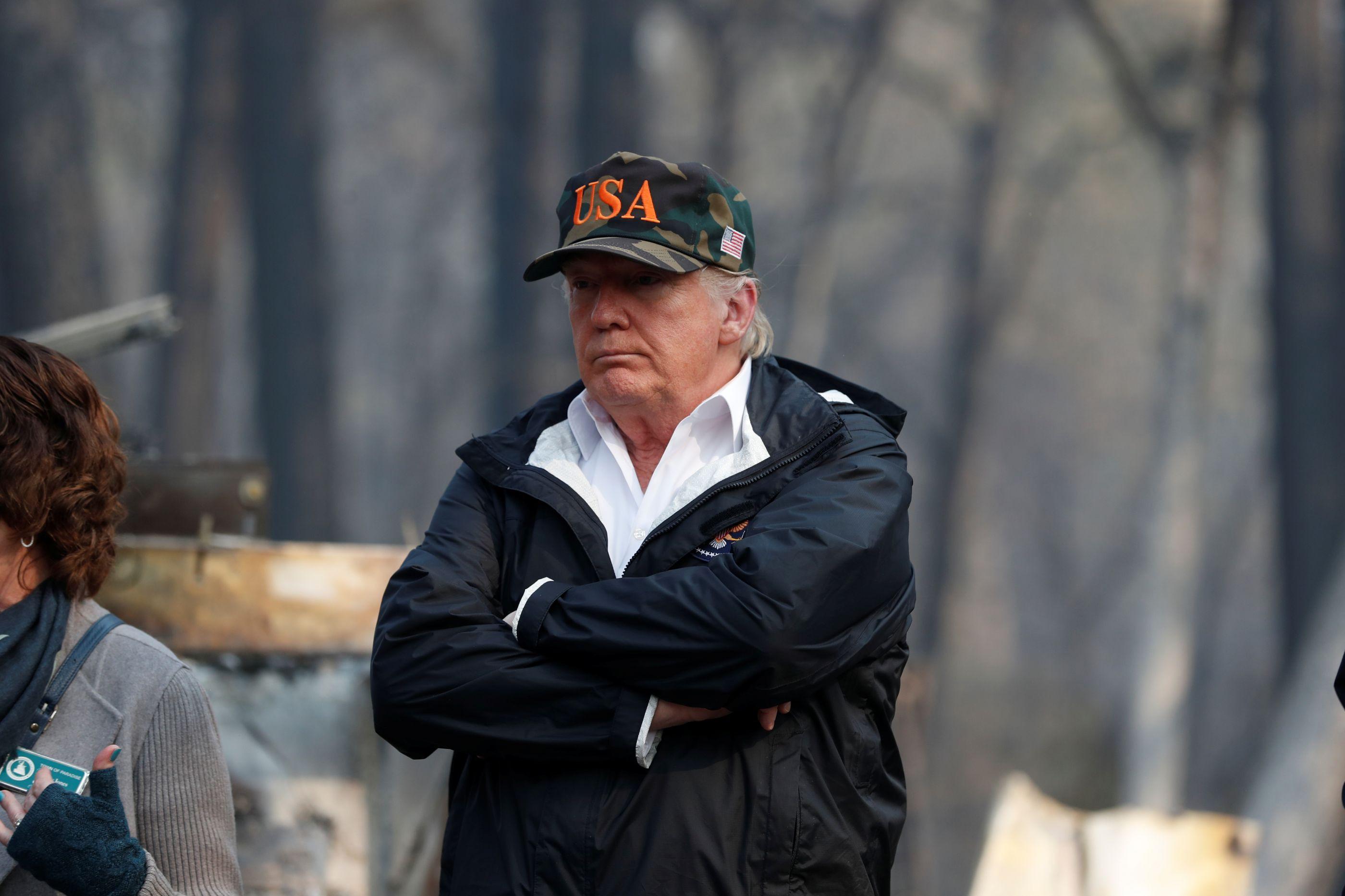 """Trump manifesta """"tristeza"""" ao visitar cidade devastada pelos incêndios"""
