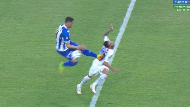 Xandão, ex-Sporting, foi expulso após esta entrada brutal
