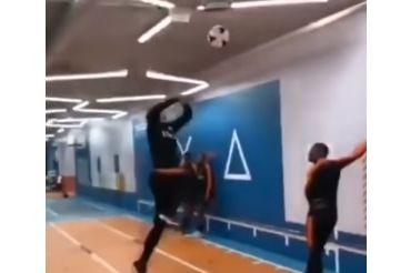 O impressionante salto de Van Dijk que já se tornou viral