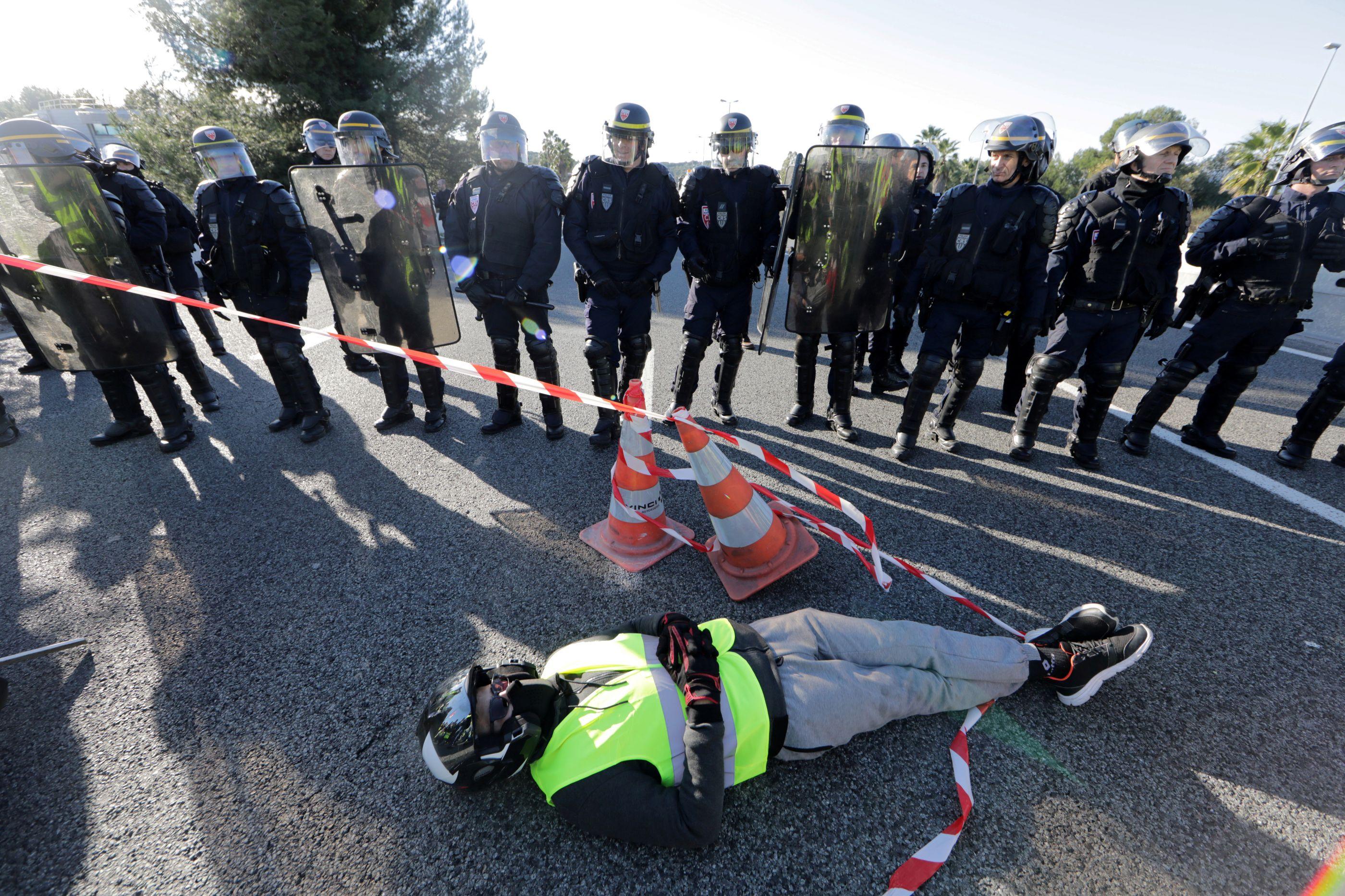 Protestos dos 'coletes amarelos' deixam 16 polícias feridos