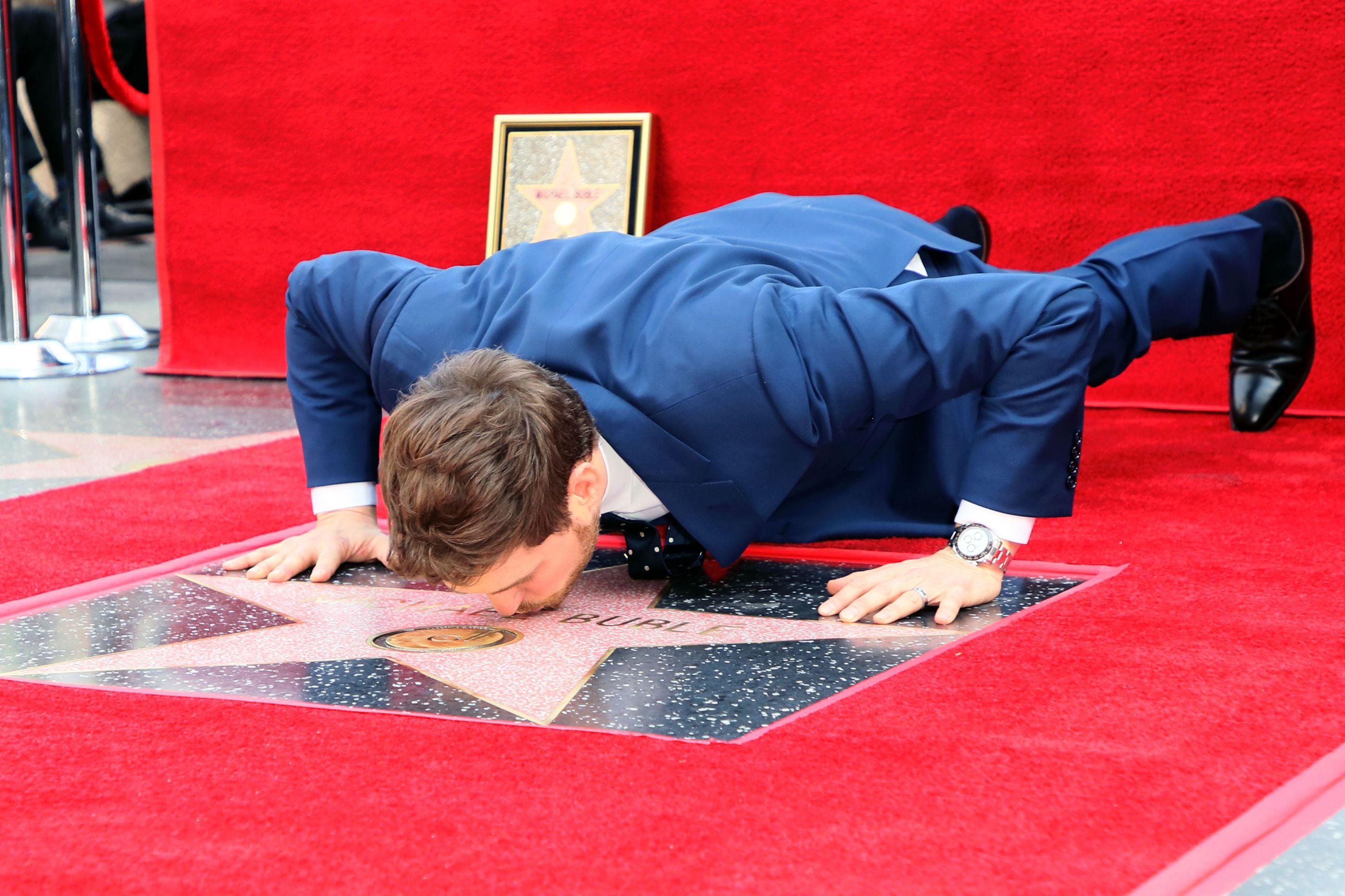 Michael Bublé conquista estrela no Passeio da Fama