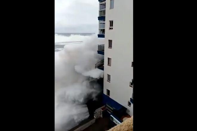 Ondas gigantes destroem varandas de prédio em Tenerife