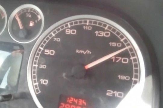Menor apanhado a conduzir em excesso de velocidade incentivado pelo pai