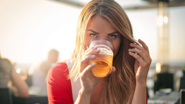 Beber mais do que uma cerveja por dia aumenta risco destas doenças