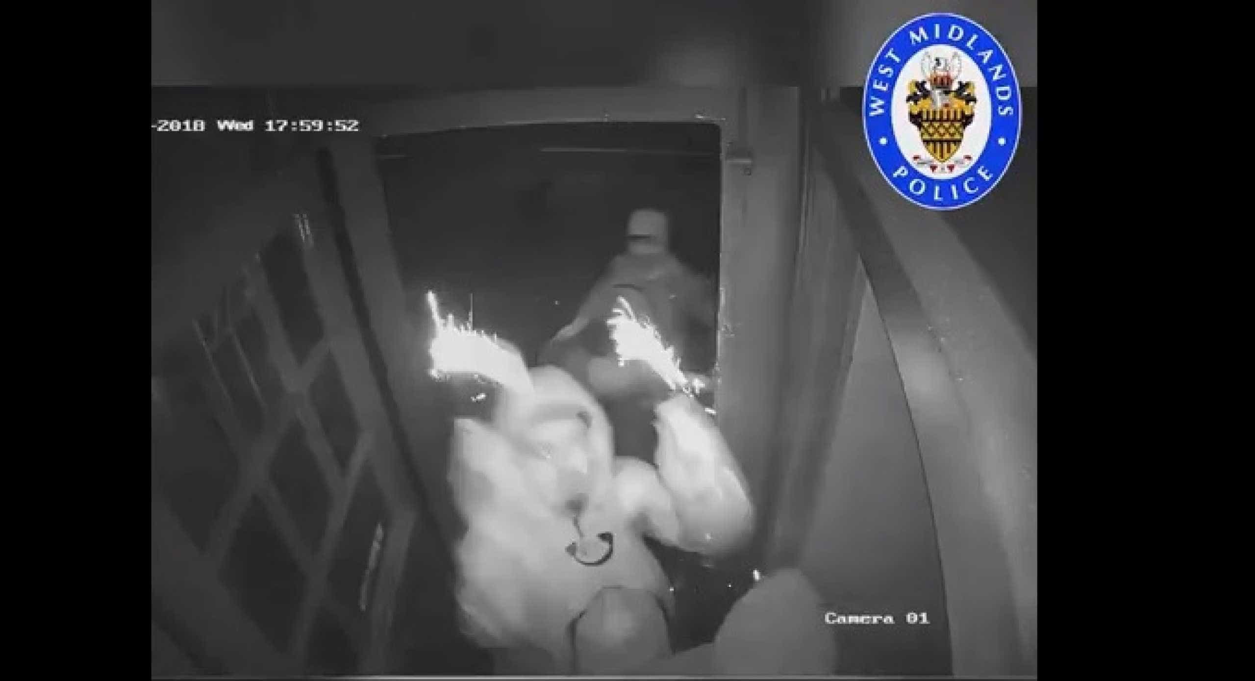 Polícia procura homens que lançaram fogo de artifício para dentro de bar