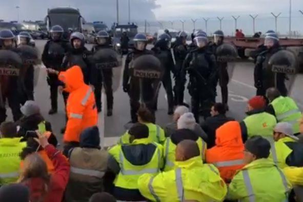 Estivadores do porto de Setúbal bloqueiam entrada de autocarro