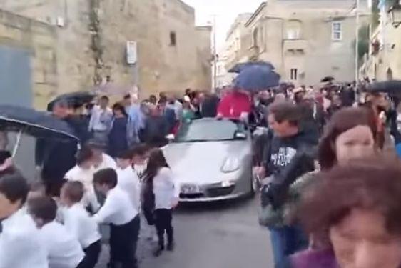 Padre causa indignação ao desfilar num Porsche puxado por 50 crianças